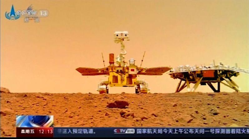 Čína zveřejnila nové snímky se svým vozítkem na Marsu. Pořídila je samostatná kamera