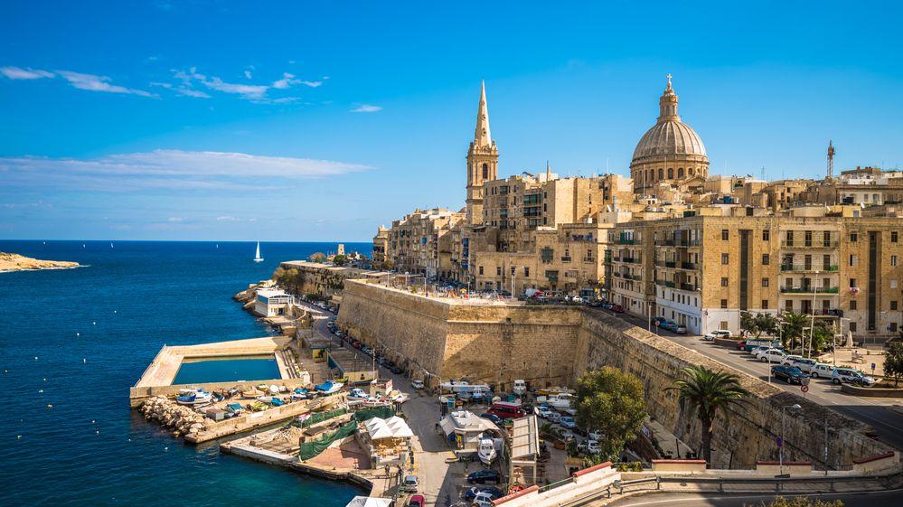 Malta chce finančně podpořit turisty starší 65 let. Dá jim kapesné