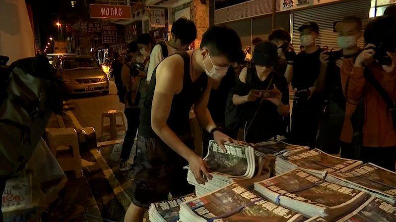 Lidé v Hongkongu čekali hodiny ve frontě na poslední číslo Apple Daily