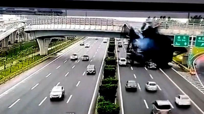 Horký asfalt se vylil z převráceného náklaďáku na auta projíždějící pod mostem