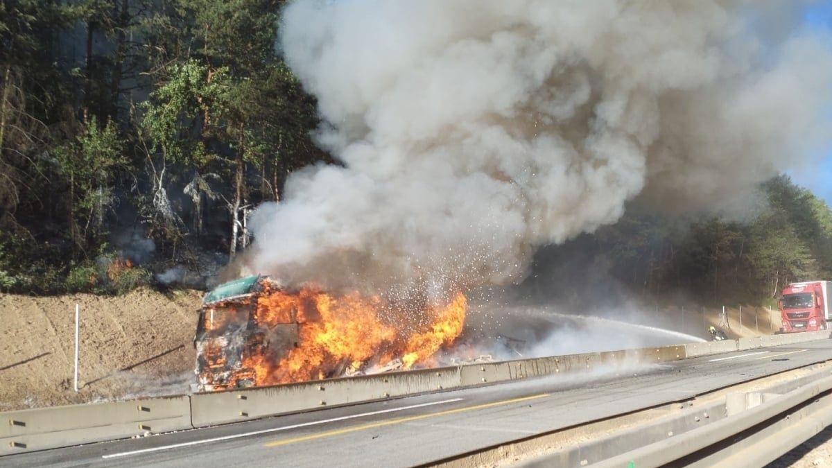 Dálnice D8 byla kvůli nehodě uzavřená, stála i D1
