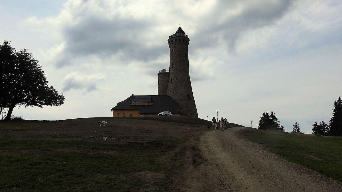 Dalimilova rozhledna na Větrově je věrnou kopií dávno neexistující věže z Králického Sněžníku