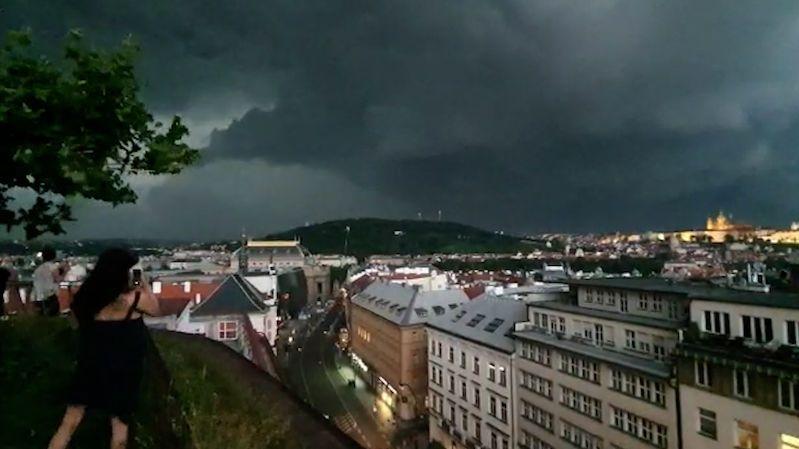 Kroupy, přívalové srážky i nárazový vítr. Bouřky udeří v Česku větší silou