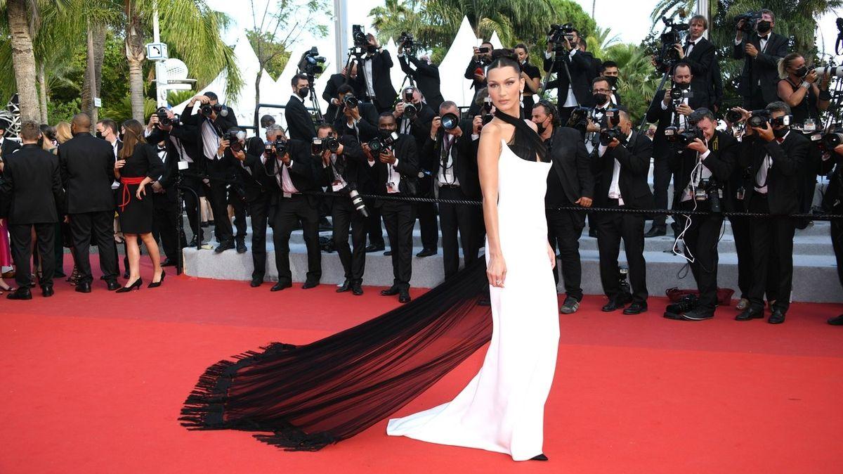 Nejhezčí šaty celebrit ze zahájení festivalu v Cannes