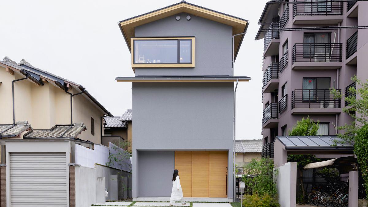 Minimalisticky zařízený dům nabízí majitelce to nejzajímavější, výhled přes okolní zástavbu