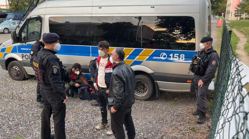 Po divoké honičce se z dodávky v Praze rozutekly desítky migrantů, řidič zmizel