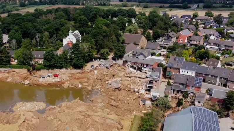 Německý Blessem s obří dírou po povodni se pomalu vrací do života