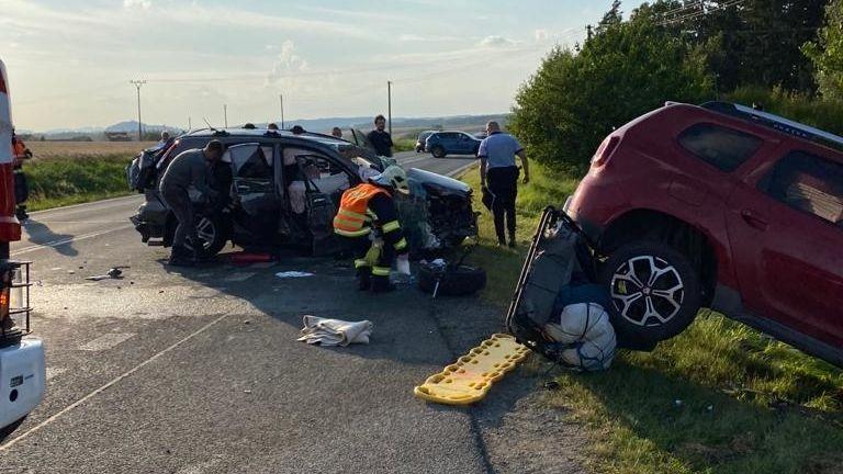 Na Plzeňsku se srazila tři auta. Pět zraněných, pro dvě ženy letěl vrtulník