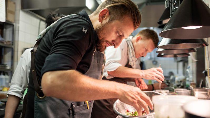 Vařil pro britskou královnu nebo Eltona Johna. Nyní učí Čechy moderní gastronomii