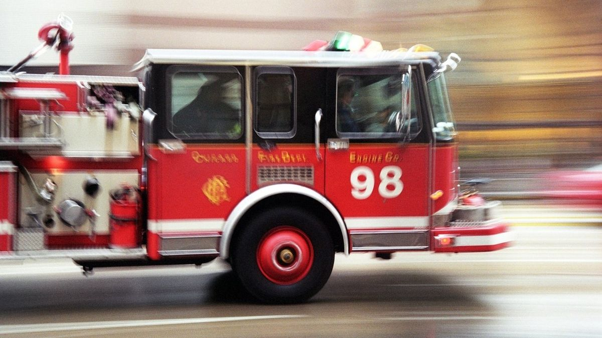 Bezohledná americká řidička BMW zablokovala hasiče
