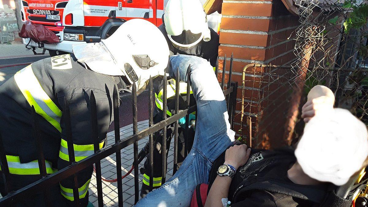 Muž se při přelézání plotu v Liberci napíchl nohou, pomohli hasiči s hydraulikou