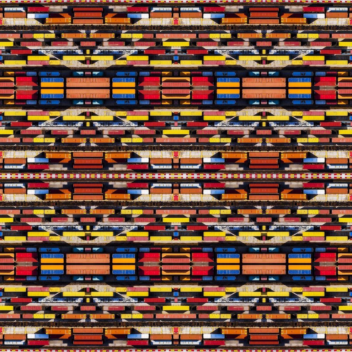 Kaleidoskopio (Benátsko, Itálie) - Finalista kategorie Abstrakt. Tato fotka byla inspirována barevnými vzory kmene Navajo. Jasné barvy kontejnerů a diagonály tvořené hrou světla a stínu dávají ožít zajímavému vzoru.