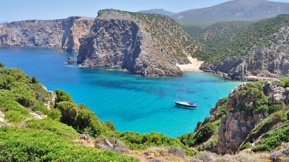Turisté letos odvezli ze Sardinie už šest tun písku