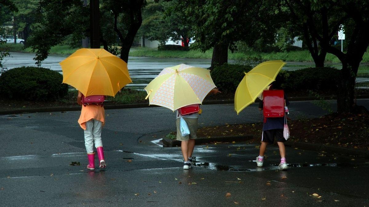 První den školy s deštníkem. Pak začne babí léto