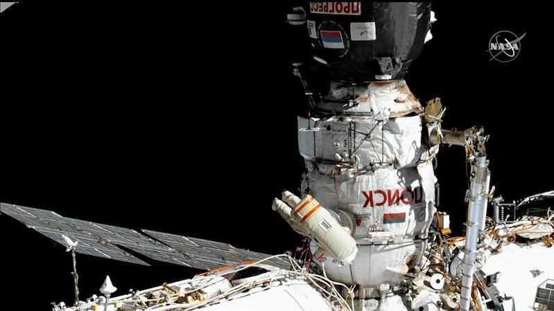 """Ruští kosmonauti splnili u ISS všechny úkoly. Vytvořili i """"nepotřebný satelit"""", který pak zahodili"""