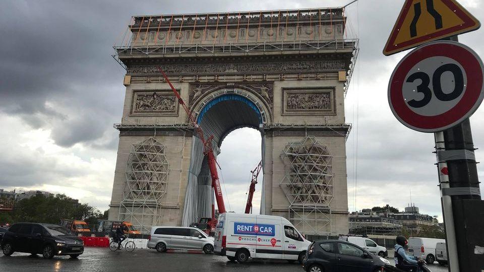 To už je lepší jít pěšky! Řidiči v Paříži si stěžují na plošnou třicítku