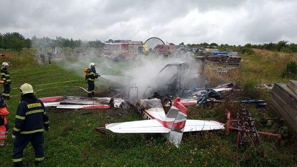 Dva Češi a slovenský pilot zemřeli při pádu letadla na Slovensku