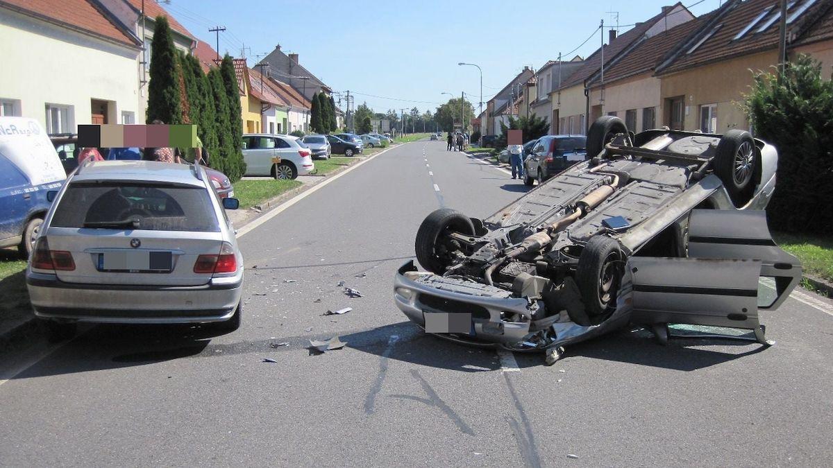 Muž na Uherskohradišťsku zdemoloval auto, které si krátce před tím koupil