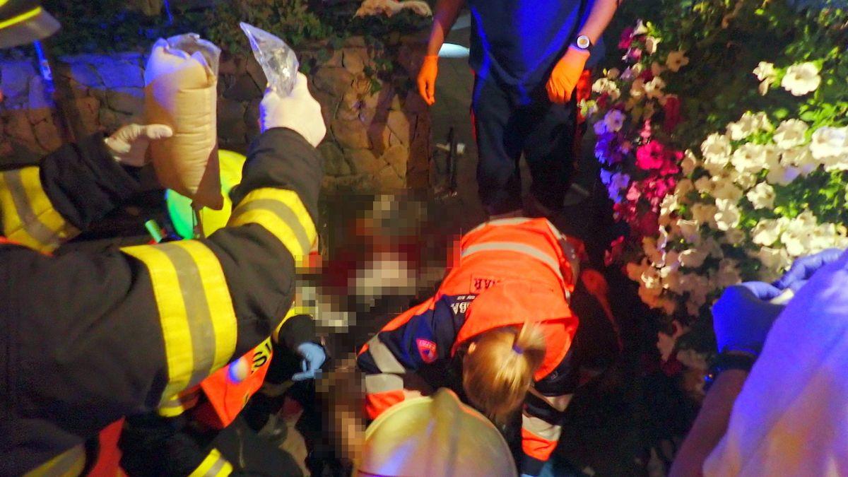 Auto u Zlína najelo do posezení u restaurace, dva zranění