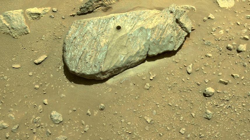 Roveru Perseverance se povedlo na Marsu nabrat vzorek materiálu