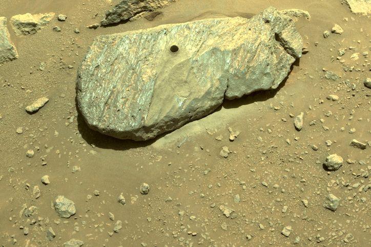 """""""Nikdy jsem nebyl šťastnější, že vidím díru ve skále,"""" napsal po odběru vzorku z marsovského povrchu inženýr NASA Adam Steltzner."""