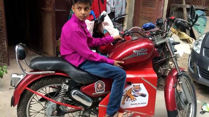 Není dost starý na řidičák, ale postavil si elektrickou motorku