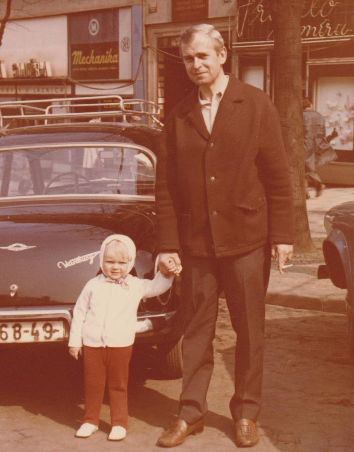 S otcem, známým výtvarníkem Adolfem Bornem (1930 –2016).