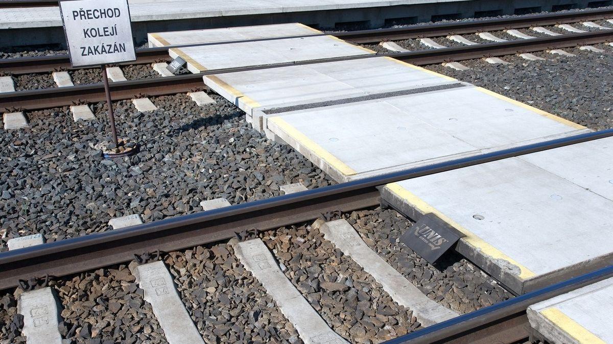 Noční vlak srazil v Ledči 16letého mladíka, ten přišel o nohy
