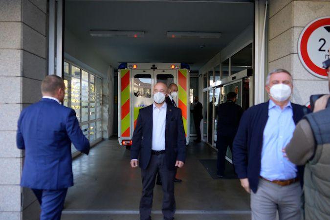 Příjezd sanitky s prezidentem do nemocnice