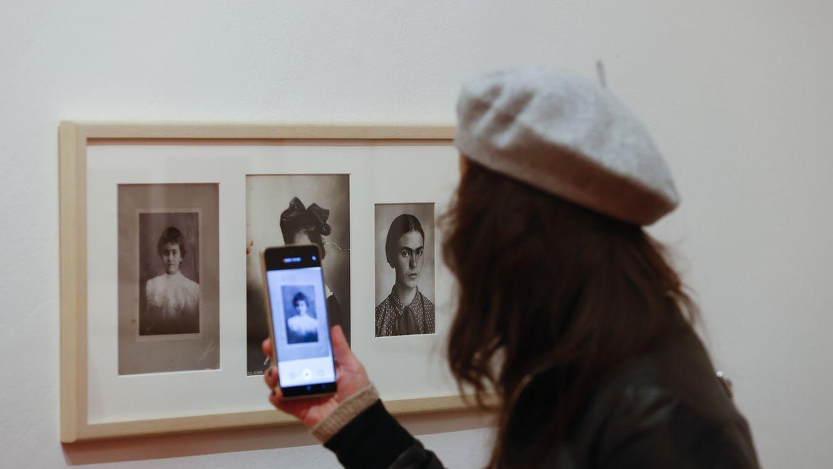 FOTO: Snímky tajemné Fridy Kahlo vDomě UKamenného zvonu