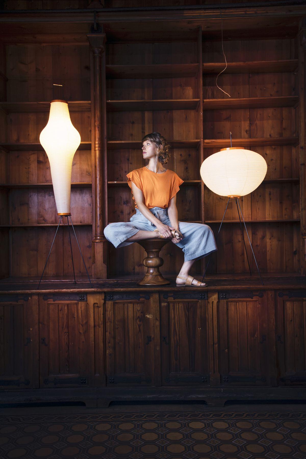 Teoretička vizuální kultury Andrea Průchová Hrůzová zapózovala na Stool A od slavných designérů Eamesových.
