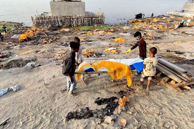 BEZ KOMENTÁŘE: Skupinka chlapců pohřbívá v Indii oběti covidu