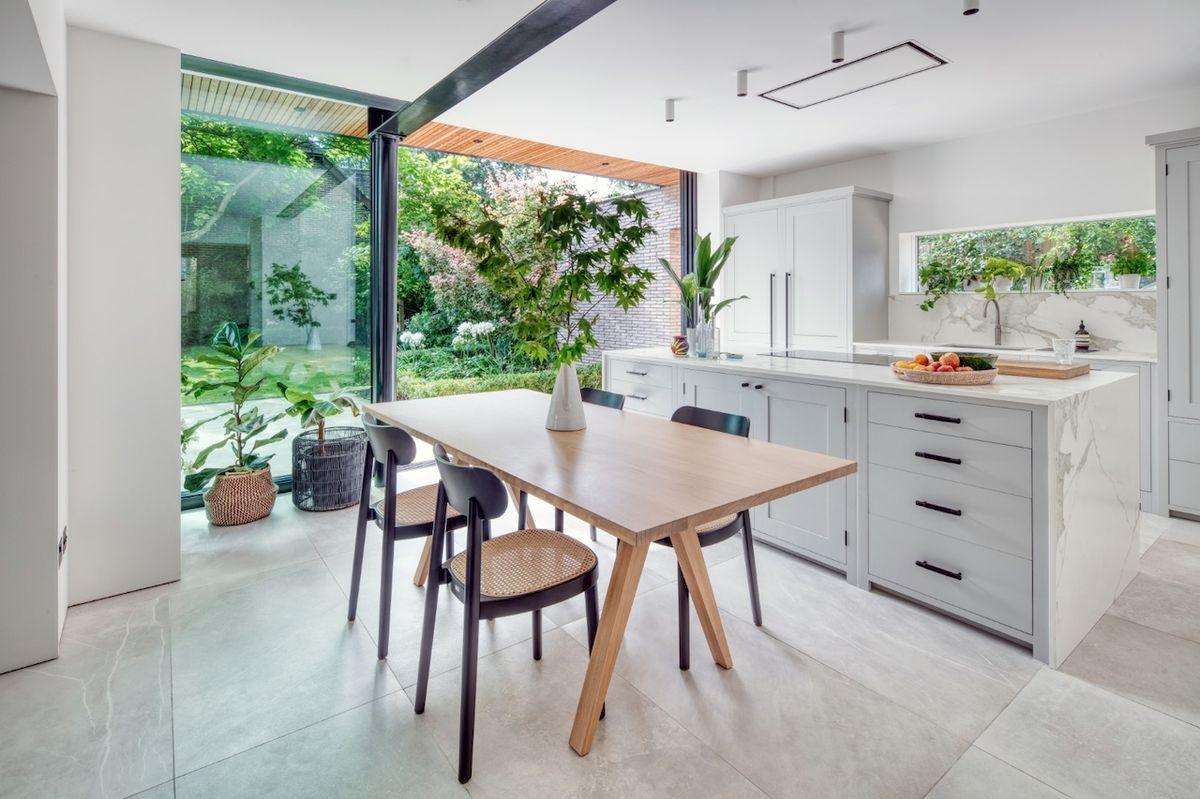 Rodina přístavbou získala nový moderní prostor plný světla.