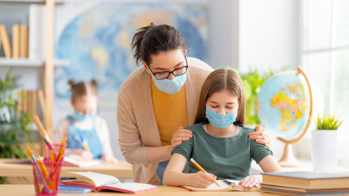 Učitelka v Texasu sundala roušku a schválně dýchala na studentku