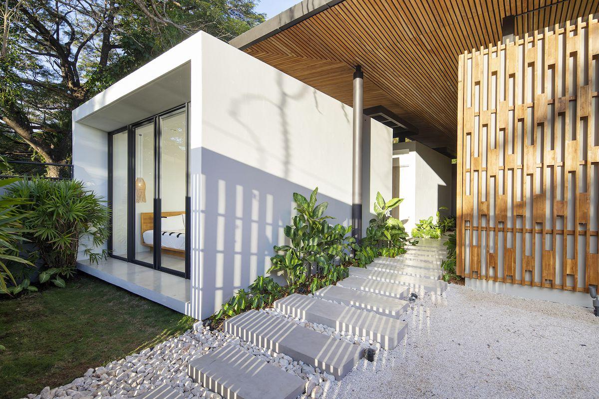 Dům nezná klasické chodby, supluje je zastřešený venkovní průchod. (Naia 1)
