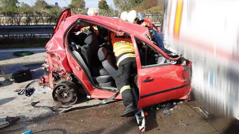 Po srážce tří vozidel na D35 vyprošťovali hasiči dva zaklíněné