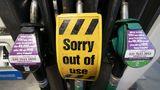 """""""Lidé tu pumpují litry do kanystru"""". Britové kvůli nedostatku paliva šílí"""