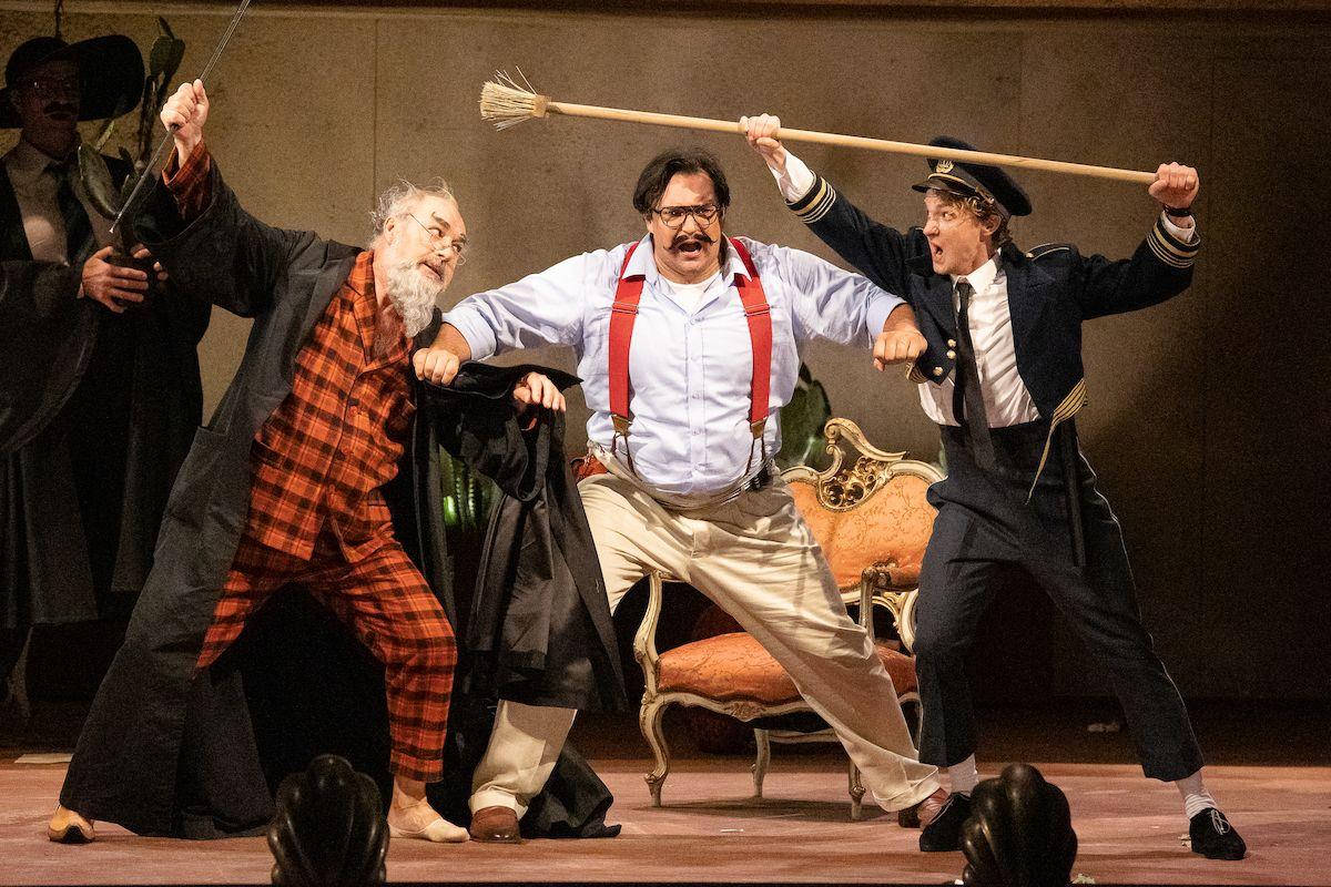 Zleva Jiří Sulženko (Doktor Bartolo), Adam Plachetka (Figaro) a Petr Nekoranec (Hrabě Almaviva) v Lazebníku sevillském.