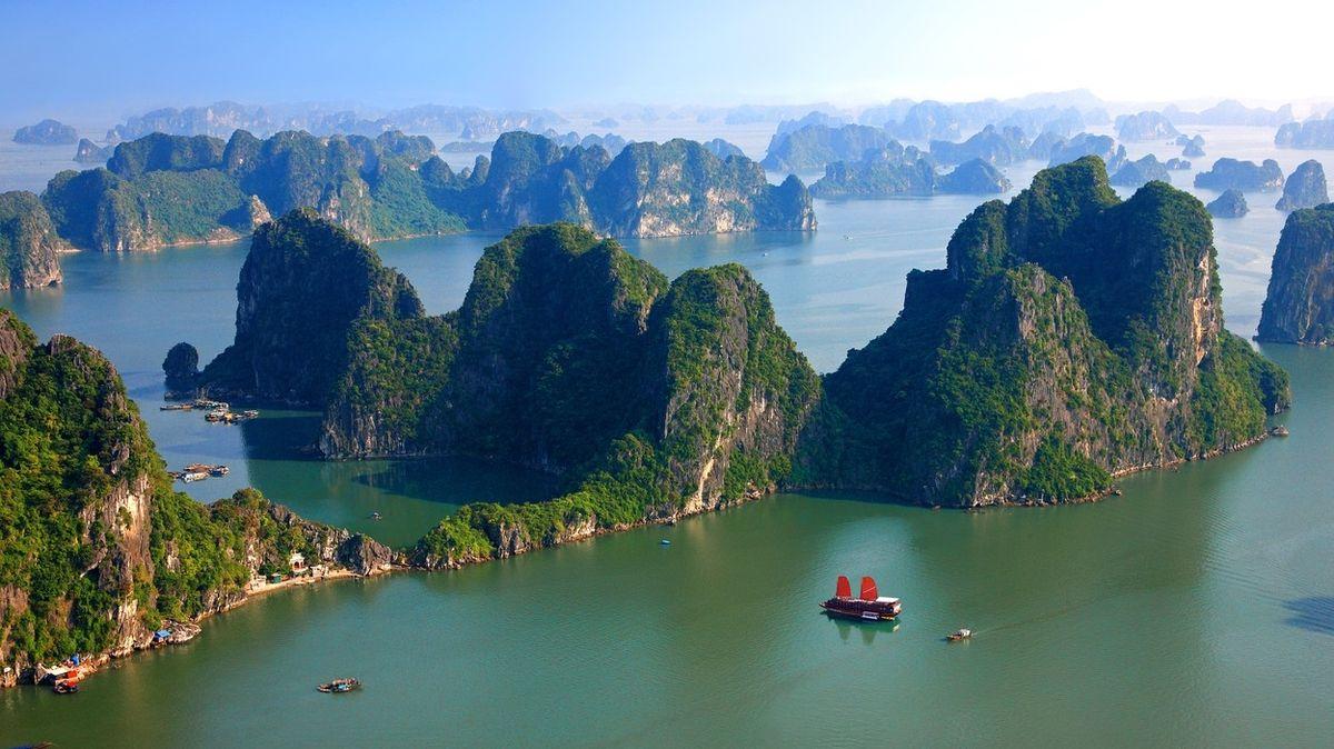 Zátoka Ha Long patří k nejpopulárnějším místům Vietnamu.