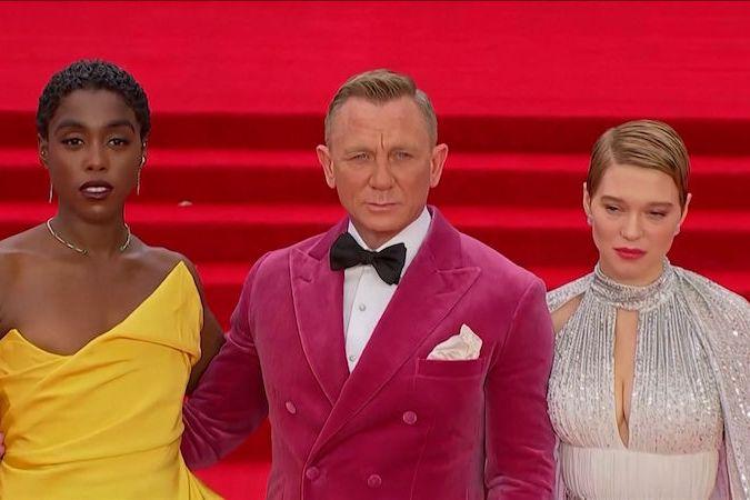 BEZ KOMENTÁŘE: Na premiéru nového Bonda dorazili Daniel Craig i ostatní herci, podívat se přišli i členové britské královské rodiny