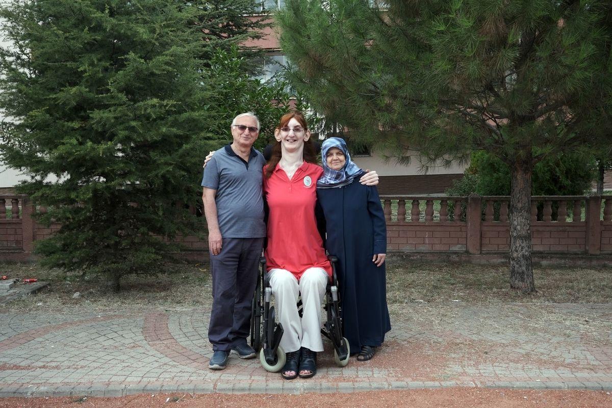 Rümeysa Gelgiová se svými rodiči.