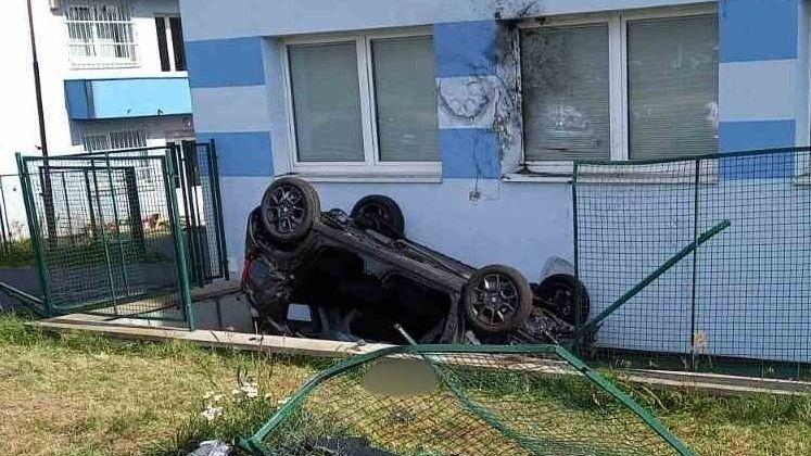 Auto na Slovensku se při nehodě vymrštilo a narazilo do budovy ve výši oken