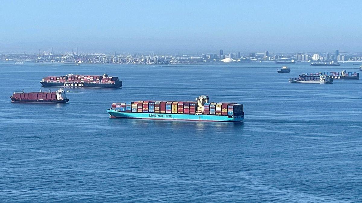 Lodšě s kontejnery čekající na vylodění v přístavu Long Beach v Kalifornii