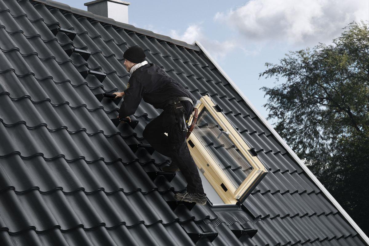 Střešní výlezy GXL/GXU se otevírají jako dveře a zpřístupňují střechu z podkroví. Vzhledem k jejich rozměrům se na střechu dostaneme snadněji.