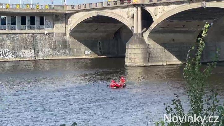 Muž skočil z mostu v Praze do Vltavy. Vytáhli ho mrtvého