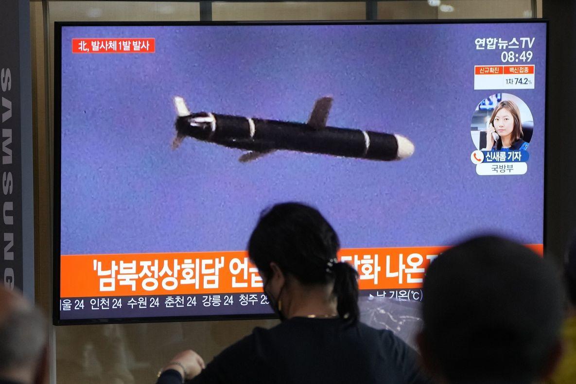 Lidé v Soulu sledují v televizi zprávy o vypálení severokorejské střely.
