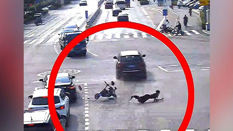 Číňanka na skútru koukala do telefonu. Video ukazuje, jak došlo k těžko pochopitelné nehodě