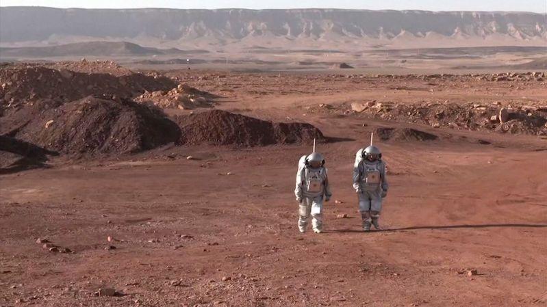 V kráteru izraelské pouště simulují pobyt lidí na Marsu