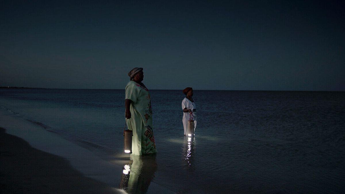 Kolumbijští indiáni si svítí vodní lampou, jež vyrábí energii ze slané vody