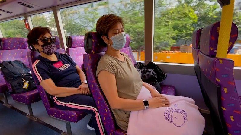Vyhlídkový autobus krouží hodiny ulicemi Hongkongu, o poznávání ale nejde